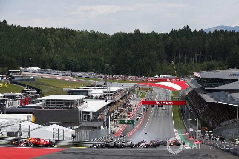 Accidente entre Daniil Kvyat, Scuderia Scuderia Toro Rosso STR12, Fernando Alonso, McLaren MCL32, Max Verstappen, Red Bull Racing RB13, en la arrancada