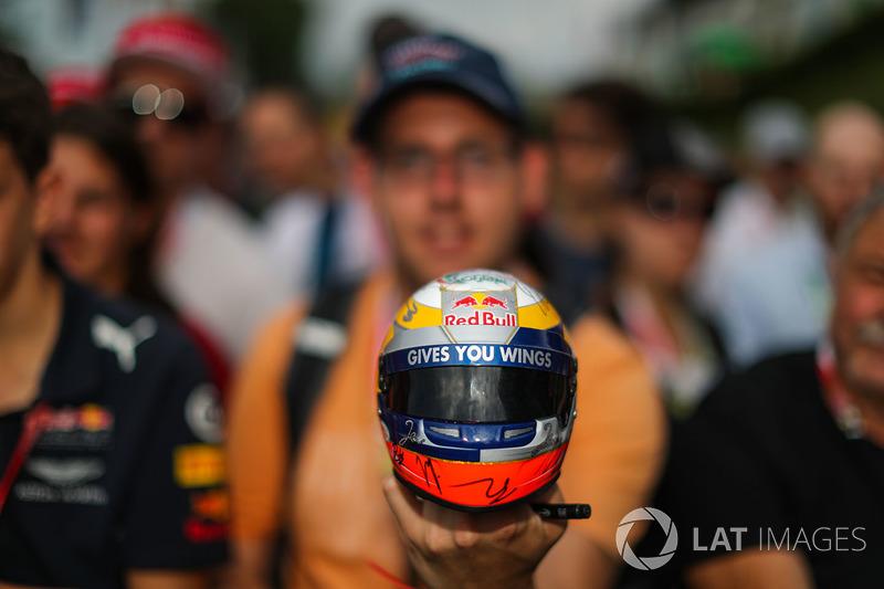 Fans, ambiente y una réplica del casco de Red Bull Racing