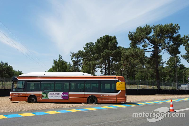 20. Un autobús público atrapado en la curva de Mulsanne