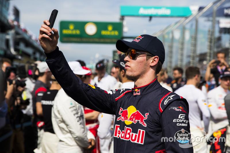 Daniil Kvyat, Scuderia Toro Rosso, toma una foto