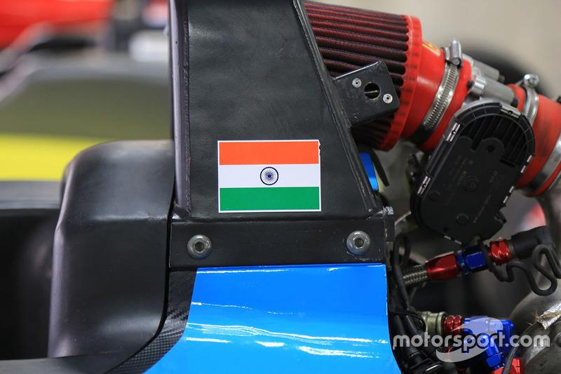 Detalle del coche con la bandera de India