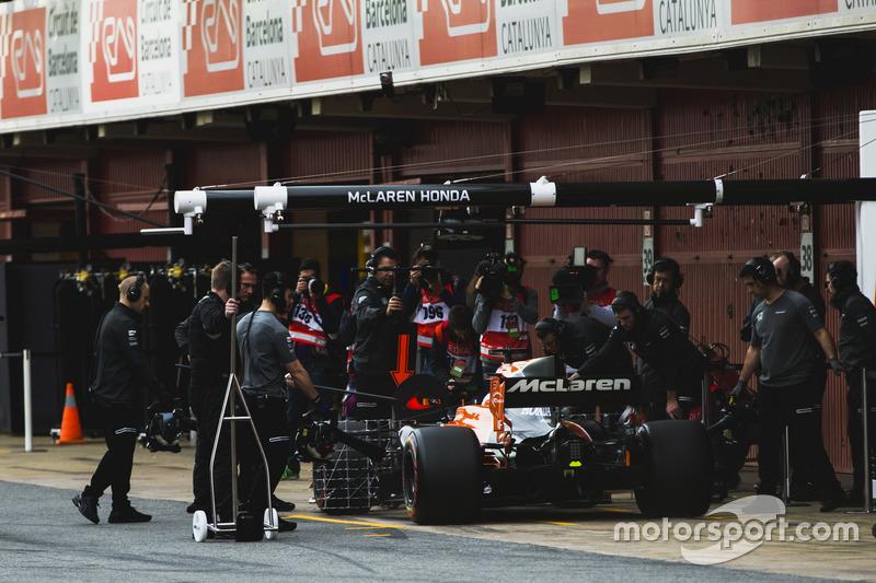 Stoffel Vandoorne, McLaren MCL32, en pit stop