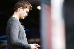 Nico Rosberg sur son téléphone dans la voie des stands