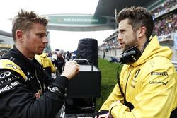 Гонщик Renault Sport F1 Нико Хюлькенберг беседует со своим инженером