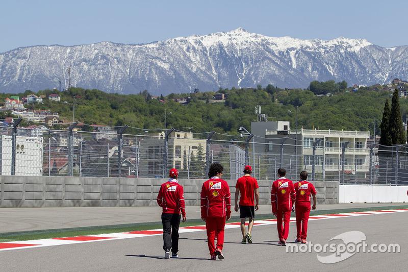 Себастьян Феттель, Ferrari, Тест-пілот Ferrari Антоніо Джовінацці і Едуарду Броско