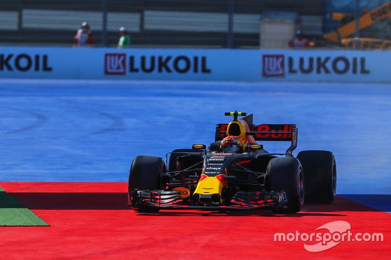 Макс Ферстаппен, Red Bull Racing RB13, виїхав зашироко
