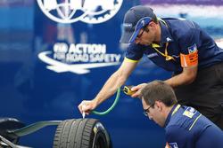 Техник Michelin в гараже NextEV NIO