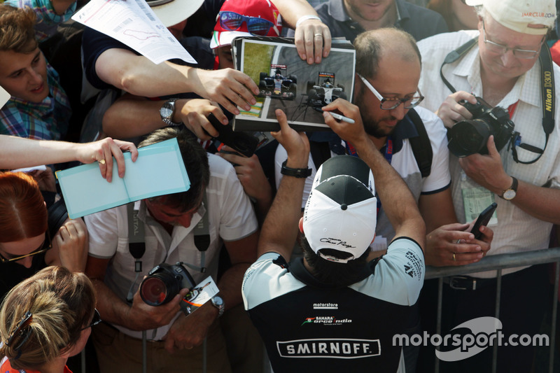 Sergio Perez, Sahara Force India F1, imza dağıtıyor