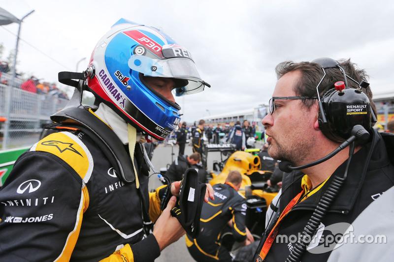 (Зліва направо): Джоліон Палмер, Renault Sport F1 Team та Жюльєн Симон - Шотан, гоночний інженер Ren
