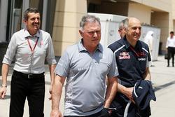 Гюнтер Штайнер, руководитель Haas F1 Team и Дэйв Райан, гоночный директор Manor Racing и Франц Тост,