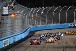 Скотт Диксон, Chip Ganassi Racing Chevrolet пересекает финишную черту первым