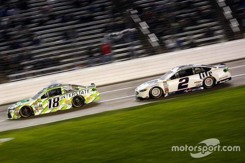 Kyle Busch, Joe Gibbs Racing Toyota e Brad Keselowski, Team Penske Ford