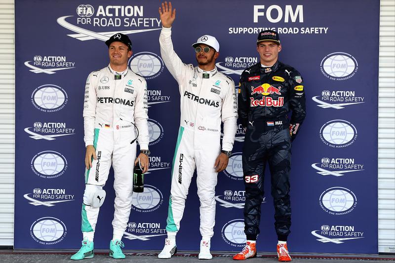 Los tres primeros calificados parc ferme: Nico Rosberg, Mercedes AMG F1, segundo; Lewis Hamilton, Mercedes AMG F1, pole position; Max Verstappen, Red Bull Racing, tercero