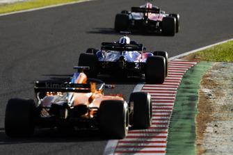 Brendon Hartley, Toro Rosso STR13, devant Fernando Alonso, McLaren MCL33