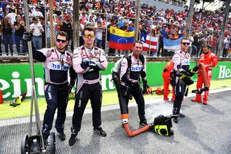 Meccanici Racing Point Force India F1, in griglia di partenza
