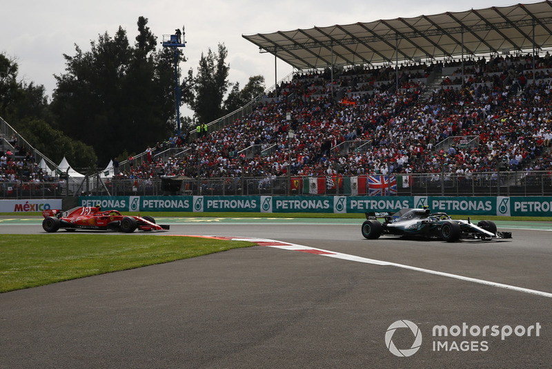 Valtteri Bottas, Mercedes-AMG F1 W09 y Kimi Raikkonen, Ferrari SF71H