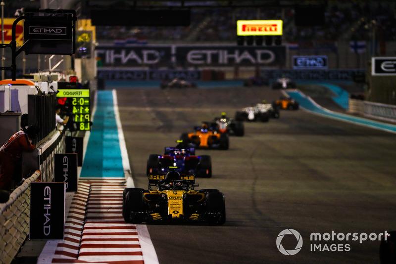 Carlos Sainz Jr., Renault Sport F1 Team R.S. 18, precede Pierre Gasly, Scuderia Toro Rosso STR13, e Fernando Alonso, McLaren MCL33