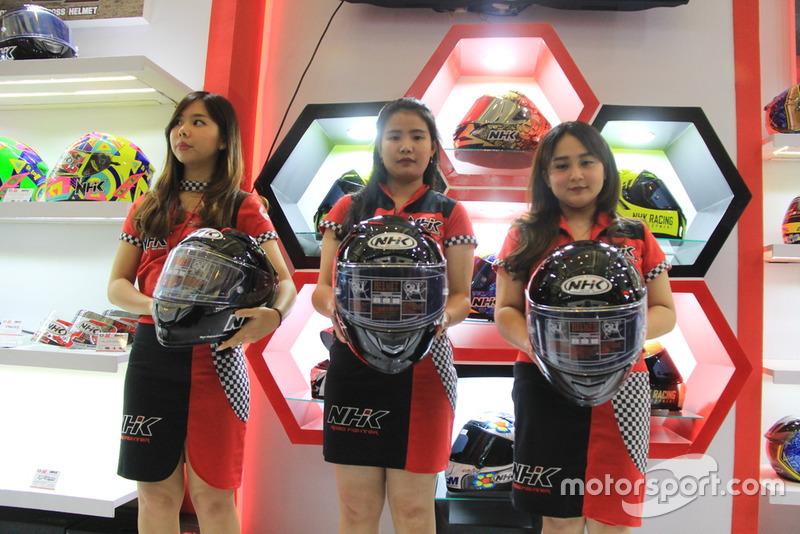 Peluncuran helm NHK GP-R Tech