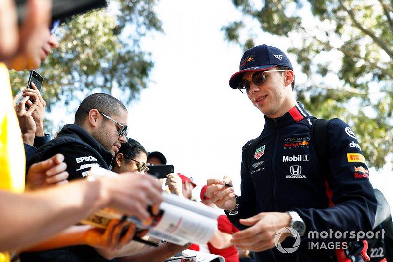 Pierre Gasly, Red Bull Racing, firma un autógrafo para un fan
