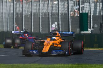Carlos Sainz Jr., McLaren MCL34, leads Daniil Kvyat, Toro Rosso STR14