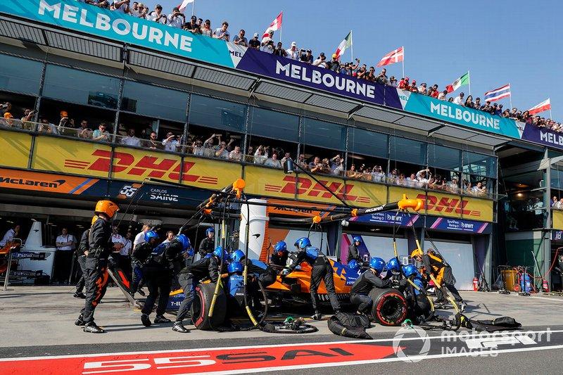 Lando Norris, McLaren MCL34, pit stop