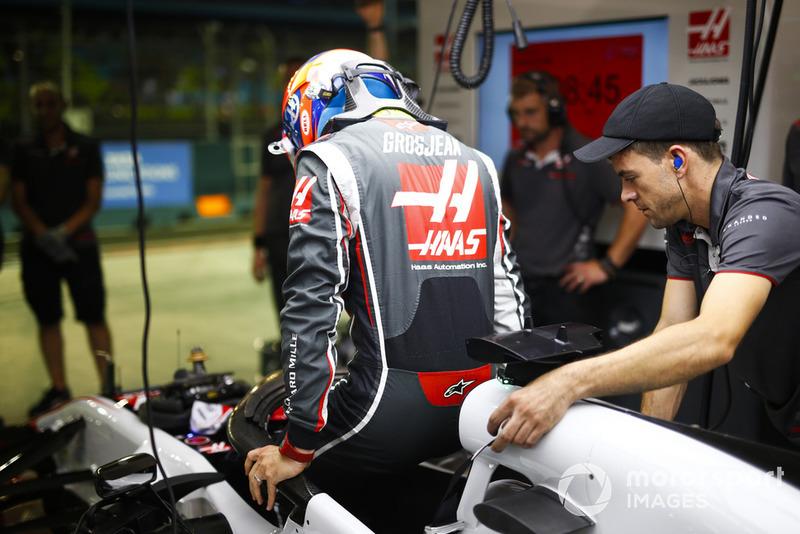 Romain Grosjean, Haas F1 Team, entre dans sa voiture