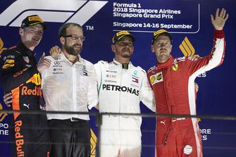 Le deuxième, Max Verstappen, Red Bull Racing, un mécanicien Mercedes, le vainqueur Lewis Hamilton, Mercedes AMG F1, et le troisième, Sebastian Vettel, Ferrari, sur le podium