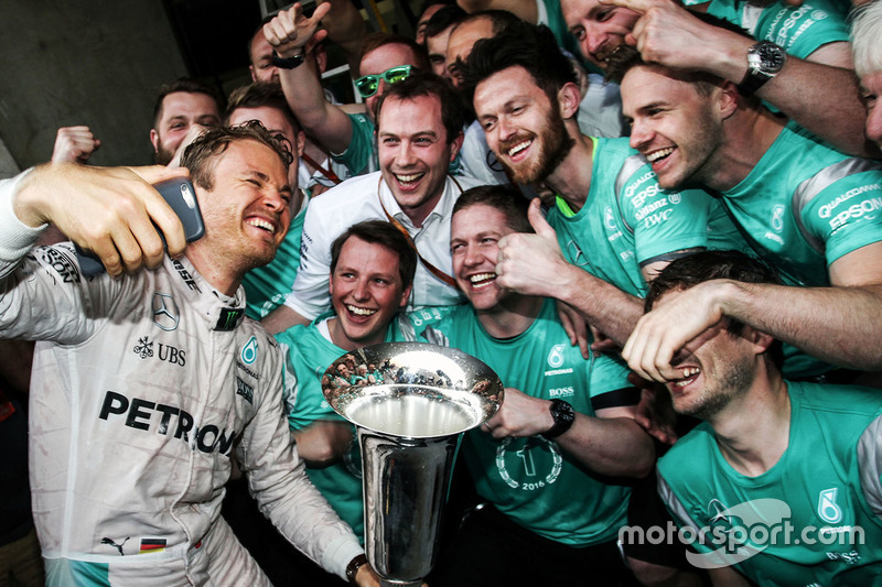 Winner Nico Rosberg, Mercedes AMG F1 Team celebrates with the team