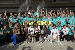 Race winner Lewis Hamilton, Mercedes AMG F1 celebrates with team mate Nico Rosberg, Mercedes AMG F1; Lindsey Vonn, Former Alpine Ski Racer; Gordon Ramsey, Celebrity Chef; Venus Williams, Tennis Player; and the team