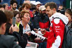 Sebastian Vettel, Ferrari firma autografi ai tifosi