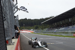 Lewis Hamilton, Mercedes AMG F1 W07 Hybrid takes the win