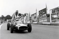 Maurice Trintignant, Cooper T51-Maserati lleva sobre su coche a John Surtees, Cooper T53-Climax