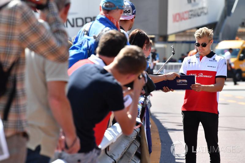 Marcus Ericsson, Sauber, firma autografi ai tifosi