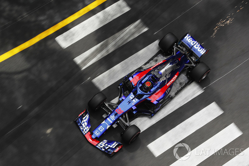 Brendon Hartley, Toro Rosso STR13, strikes up sparks
