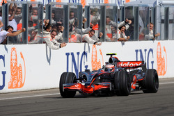 Race winner, Heikki Kovalainen, McLaren MP4-23 Mercedes