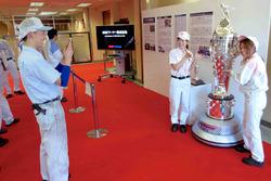 Empleados de BorgWarner con el trofeo de Borg-Warner