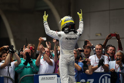 Ganador de la carrera Nico Rosberg, Mercedes AMG F1 W03 celebra en parc ferme