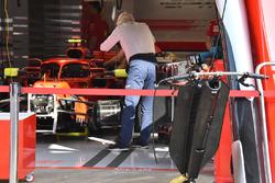 Charlie Whitinget la Ferrari SF71H aux rétroviseurs montés sur le halo