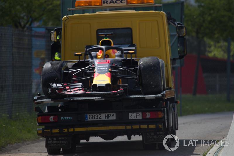 La monoposto incidentata di Daniel Ricciardo, Red Bull Racing RB14 viene recuperata nelle FP1