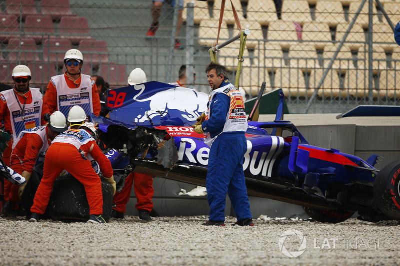 Les commissaires retirent l'épave de la Toro Rosso STR13 Honda de Brendon Hartley après son gros accident