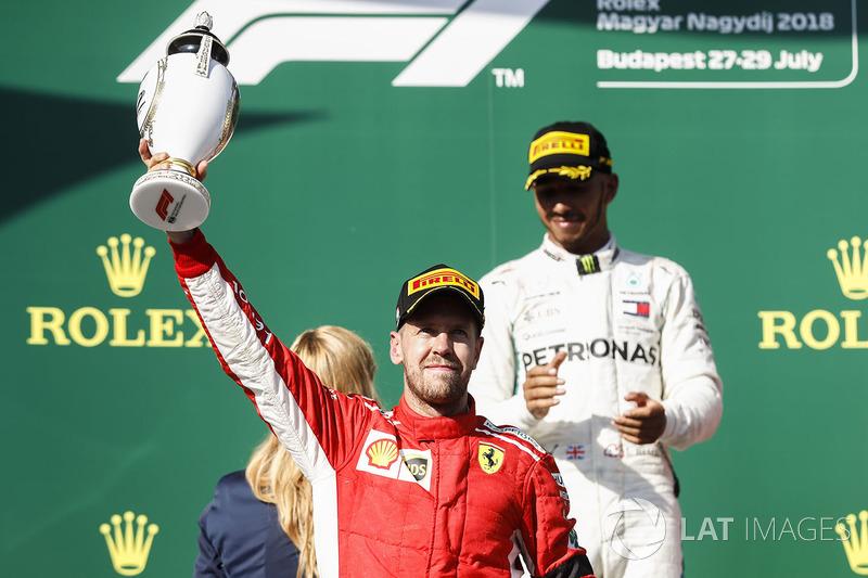 Sur le podium : le deuxième, Sebastian Vettel, Ferrari avec le champagne
