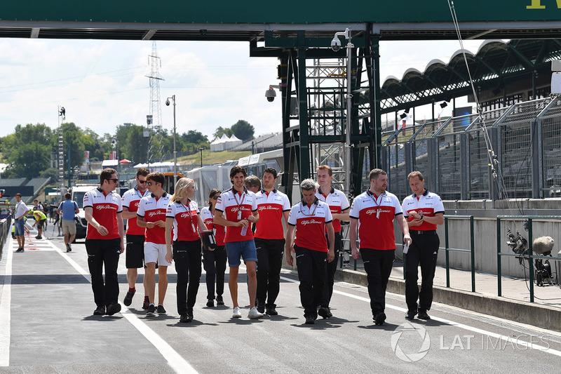 Charles Leclerc, Sauber e Antonio Giovinazzi, Sauber, cammina lungo il circuito