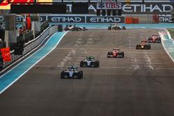 Lewis Hamilton, Mercedes F1 W07 Hybrid, voor Nico Rosberg, Mercedes F1 W07 Hybrid, Kimi Raikkonen, Ferrari SF16-H, Daniel Ricciardo, Red Bull Racing RB12, en Sebastian Vettel, Ferrari SF16-H