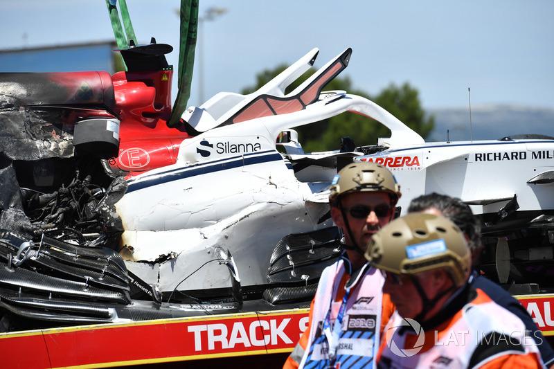El coche accidentado de Marcus Ericsson, Sauber C37 es removido en la PL1
