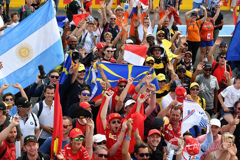 Tifosi con bandiere