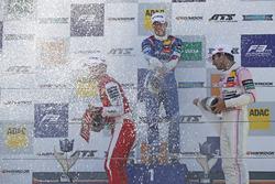Podium: winnaar Nikita Troitskiy, Carlin Dallara F317 - Volkswagen, nummer twee Guanyu Zhou, PREMA Theodore Racing Dallara F317 - Mercedes-Benz, nummer drie Jehan Daruvala, Carlin Dallara F317 - Volkswagen