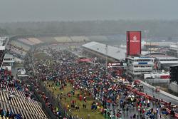 Fans entran en el circuito