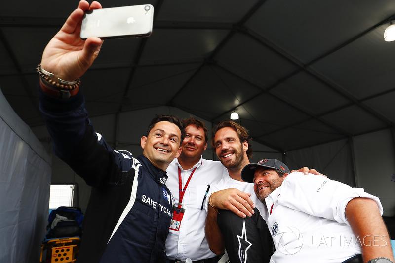Bruce Correa, piloto del safety car, se hace un selfie con Jean-Eric Vergne, Techeetah