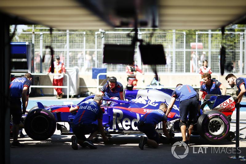 Pierre Gasly, Toro Rosso, con i meccanici