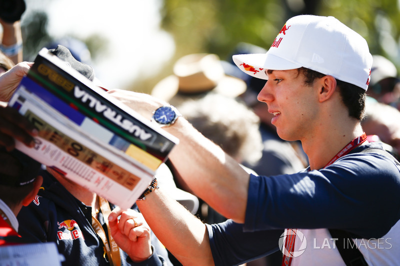 Pierre Gasly, Toro Rosso, imza dağıtıyor